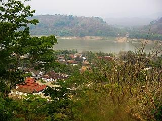 Center malega mesteca je ujet med hrib Phu Si in reko Mekong. Foto: RTV SLO