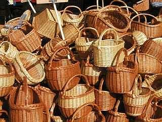 Suhorobarski izdelki so odlična ideja za darilo, še posebej, če prihajate z ribniškega konca. Ni treba, da na pot vzamete ravno košaro, zavojček zobotrebcev ali nekaj kuhalnic pa ne bo bistveno obtežilo vaše prtljage. Foto: RTV SLO/A. K.
