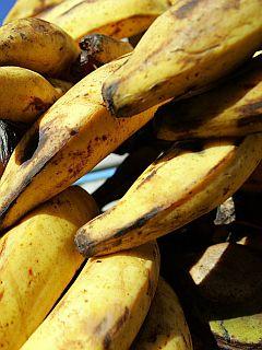 Zmečkani banani dodamo rastlinsko olje in namažemo na kožo. Foto: EPA