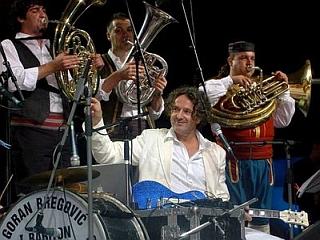 Goran Bregović je ob pomoči svojega orkestra nastopil tudi med trubači v Guči. Foto: EPA