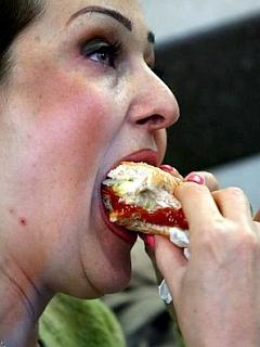 Slovenci se uvrščamo med države, kjer je zaznati vedno več obolenj, povezanih z nezdravim prehranjevanjem in življenjskim slogom. Foto: EPA