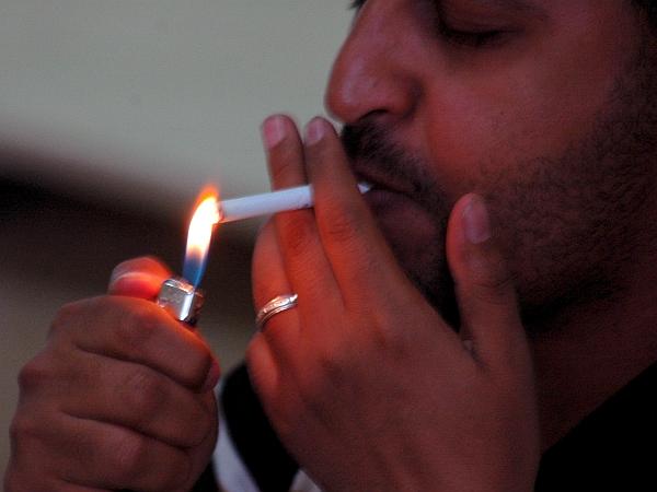 Predlogi sprememb, ki so jih že poslali ministrstvu za zdravje, med drugim vključujejo, da bi se v zakonu natančno opredelili tobačni dim, pasivno kajenje in izpusti tobačnega dima. Foto: EPA