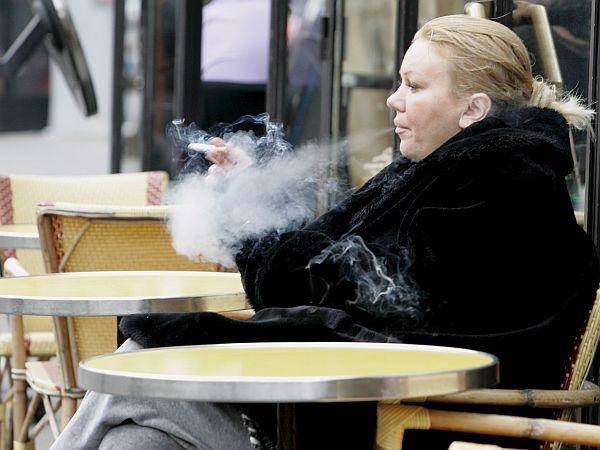 Število kadilk med dekleti in odraslimi ženskami je v Sloveniji v porastu. Foto: EPA