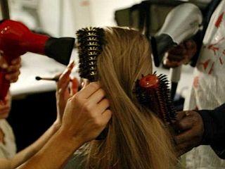 Za nego las lahko uporabite poleg jajčnega rumenjaka še različna olja, jogurt ali maroško glino rhassoul, ki pomaga pri mastnih laseh in proti prhljaju. Foto: EPA