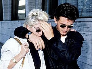 Sean Penn je eden glavnih borcev proti paparacem. Na sliki zaščitniško skriva takratno soprogo - Madonno. Foto: EPA