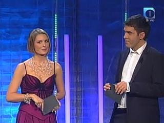 V finalnem večeru Eme sta voditeljsko vlogo prevzela stara mačka - Bernarda Žarn in Mario Galunič. Foto: MMC RTV SLO