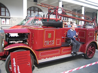 Gasilska brigada Ljubljana je razstavila tudi najstarejši gasilski avtomobil v brigadi. Foto: RTV SLO