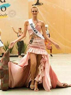 Tjaša v obleki, ki naj bi ponazarjala bistvo naše države. Foto: Uradna spletna stran organizatorja