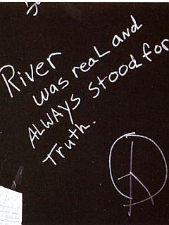 Napis v Viper Roomu Riverju v spomin